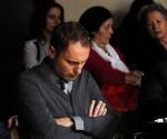 Kompozitor Ivan Elezović pažljivo sluša