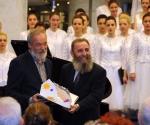 Ministar kulture Predrag Marković uručuje Nagradu Mokranjac Srđanu Hofmanu