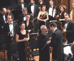 Kompozitor Milan Mihajlović čestita dirigentu Bojanu Suđiću