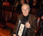 Mladen Jagušt sa slikom Dušana Rajšića kao nagradom