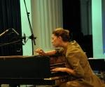 čembalistkinja Jovana Topalov štimuje instrument