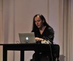 kompozitorka Ana Gnjatović izvodi svoje delo