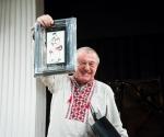 Muzikolog Dušan Mihalek sa nagradom, slikom Dušana Rajšića