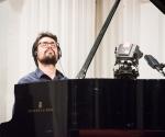 Ivan Bašić, klavir izvodi kompoziciju Predraga Repanića