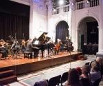 Članovi ansambla Gradilište sa pijanistom Vladimirom Cvijićem i dirigentom Ivanom Markovićem izvode kompoziciju Vladimira Tošića